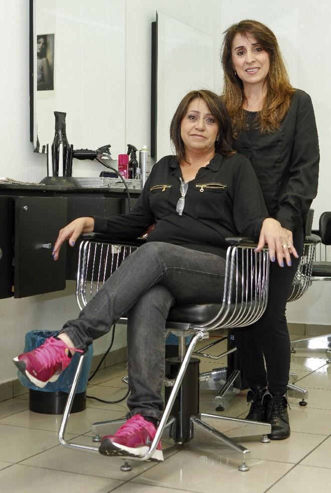 As cabeleireiras Sirlene e Fátima (sentada) dizem que a alta dos preços dos serviços afetou o orçamento doméstico | Hugo Harada/ Gazeta do Povo