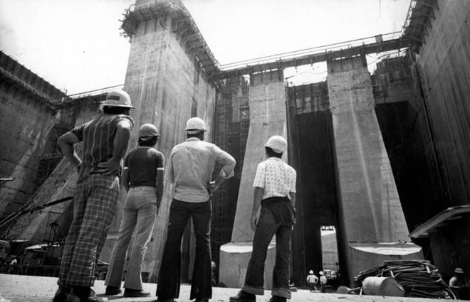 Operários olham a barragem da Usina de Itaipu sendo erguida: período de obras grandiosas e pouca transparência | Arquivo/ Folhapress