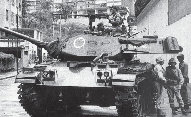 Tanque em rua próxima da casa de Jango no Rio, em 31 de março: presidente teve o apoio de parte das Forças Armadas durante a deposição. Mas soube que os EUA dariam suporte militar aos revoltosos. E se asilou no Uruguai | Arquivo/ Agência Estado