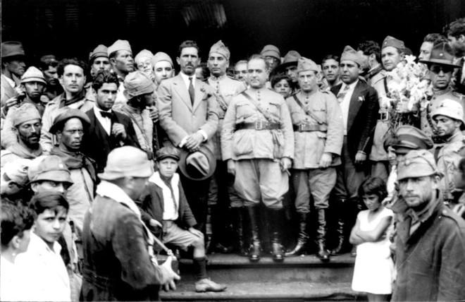 Comitiva de Getúlio Vargas (ao centro) durante sua passagem por Itararé, perto da divisa de São Paulo com o Paraná, a caminho do Rio de Janeiro | Wikicommons/Claro Jansson