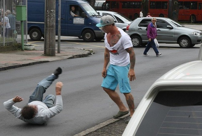 Em alguns momentos da confusão, homem que reclamou do barulho chegou a ficar caído no asfalto |
