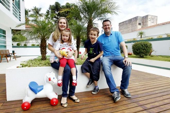 Angela e Mauricio na foto com os filhos Vinicius e Catharina: autismo é batalha diária | Antônio More/ Gazeta do Povo