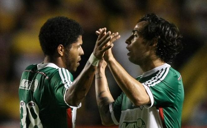 Leandro (esquerda) comemora com Valdívia o gol de empate palmeirense em Criciúma | Cesar Greco / Fotoarena / Folhapress