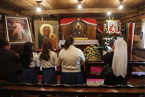 Fiéis rezam em homenagem ao papa João Paulo II no Bosque do Papa, em Curitiba | Jonathan Campos / Agência de Notícias Gazeta do Povo