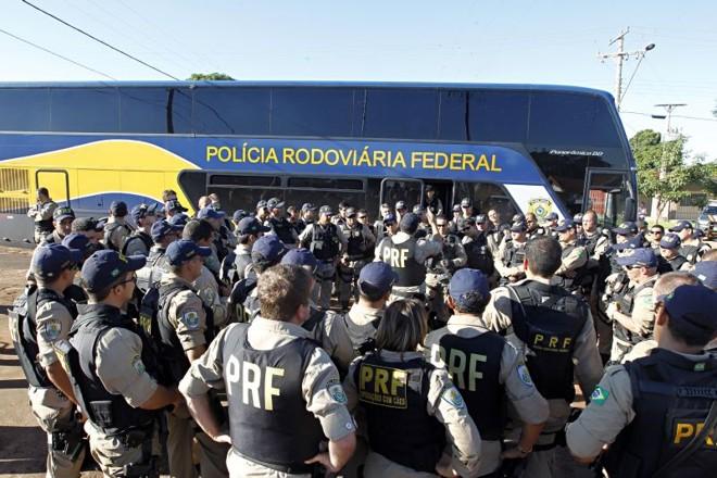 Policiais federais da Operação Prometeu se reuniram para cumprir mandados de prisão em Mundo Novo (MS) | Albari Rosa/ Gazeta do Povo