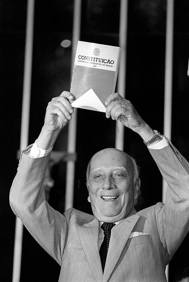 Ulysses celebra a Constituição de 88, que restabeleceu a democracia | Arquivo/Folha de S. Paulo