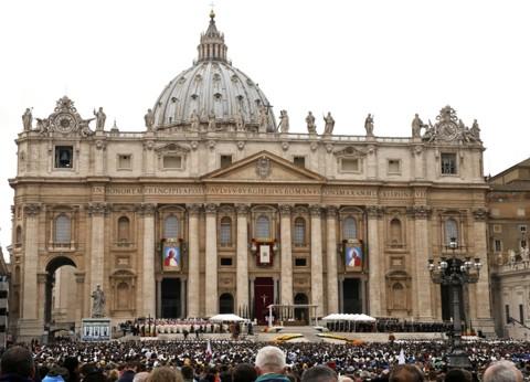 Acima e no rodapé desta página: multidão diante da Basílica de São Pedro, no Vaticano, durante a cerimônia que fez santos os papas João Paulo II e João XXIII | Stefano Rellandini/Reuters