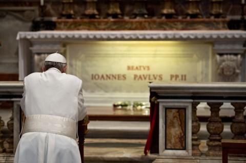 Papa Francisco reza diante da tumba do papa João Paulo II na Basílica de São Pedro, no Vaticano. Para o vaticanista americano John Allen, sumo pontífice prega a união dentro da Igreja | L'Osservatore Romano/Reuters