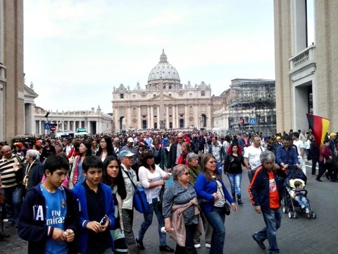 Milhares de pessoas ocupam a Praça de São Pedro, no Vaticano, numa mostra de como estará o local no próximo domingo, quando acontece a canonização | Denise Drechsel/Gazeta do Povo