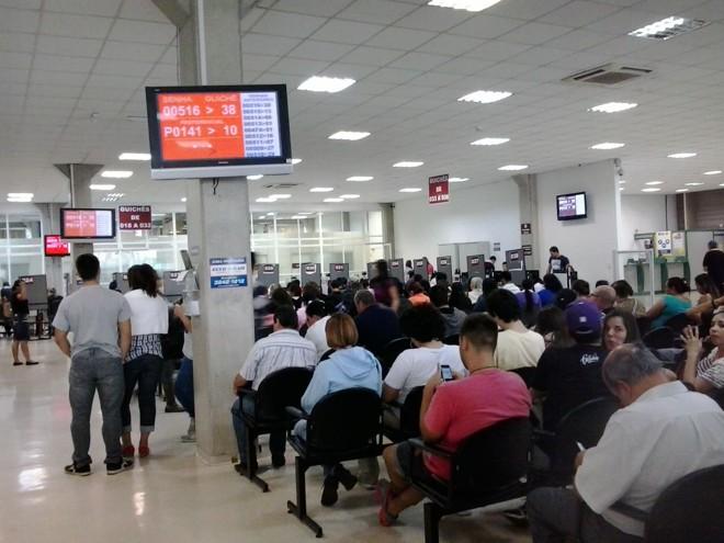 Cerca de 30 servidores foram remanejados para auxiliar no atendimento aos eleitores na unidade de Curitiba do Tribunal Regional Eleitoral (TRE) | Amanda Audi/Gazeta do Povo