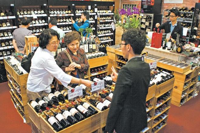 Visitantes da China continental fazem compras em Hong Kong, que em 2008 aboliu os impostos sobre o vinho | Dean C.K. Cox PARA The New York Times