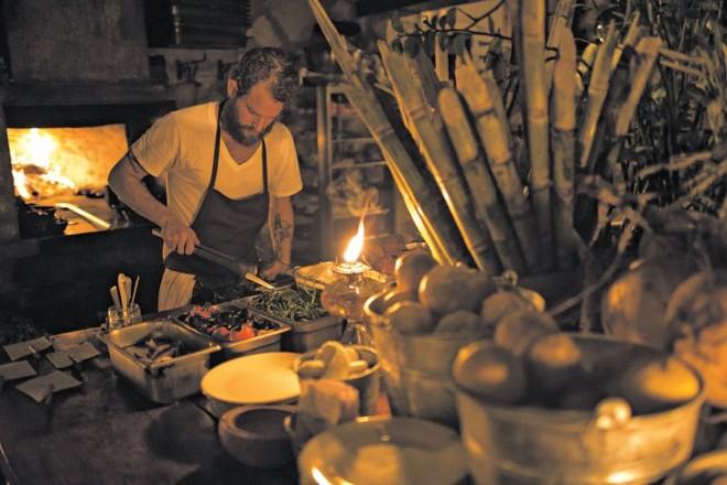 No Hartwood, em Tulum, o chef Eric Werner trabalha num fogão a lenha numa cozinha ao ar livre | Fotos: Adriana Zehbrauskas para The New York Times