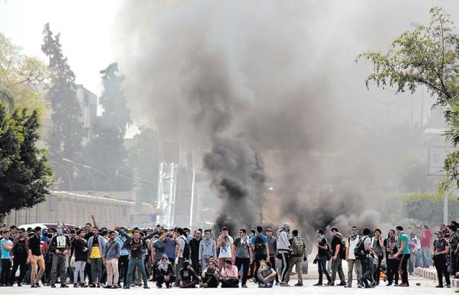 A liberdade religiosa ainda não existe no Egito. Partidários da Irmandade Muçulmana bloqueiam uma rua no Cairo | Aly Hazzaa/El Shorouk Newspaper, via Associated Press