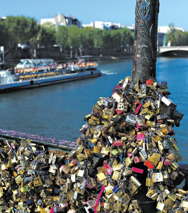 Cadeadores na Pont des Arts já chegaram a derrubar uma parte da estrutura, um dos motivos que fez a Prefeitura de Paris lançar a campanha pelo fim da prática | Thibault Camus/Associated Press