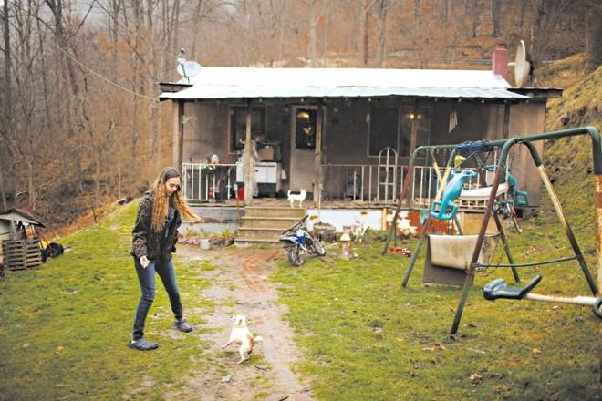 Aqui começou a guerra contra a pobreza: Emalee Short na casa dos avós, em Hensley, Virgínia Ocidental   Travis Dove/The New York Times