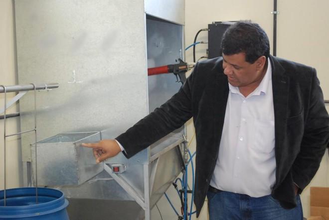 O professor Paulo Rogério Rodrigues mostra detalhes do processo desenvolvido na Unicentro.   Divulgação / Unicentro