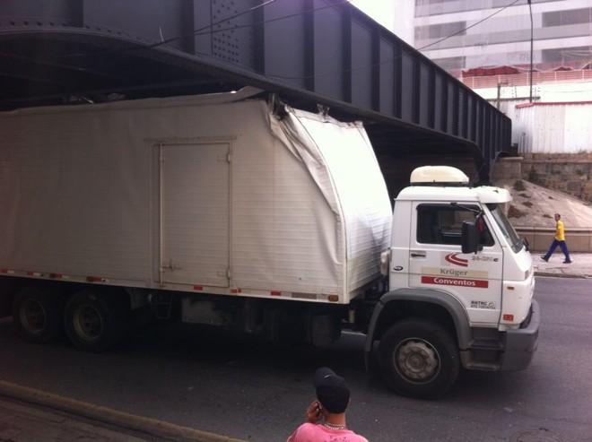 Pela Ponte Preta só podem passar veículos com altura máxima de 3,6 metros | André Amorin