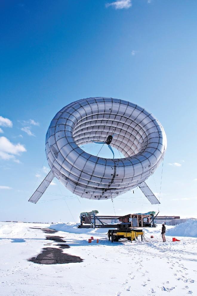 A turbina BAT, semelhante a um dirigível, está em fase de testes no Alasca. Os seus desenvolvedores afirmam que ela poderia fornecer energia em áreas atingidas por desastres | Altaeros Energies