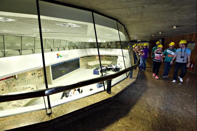 Visitantes conhecem a Usina de Itaipu: complexo contribuiu também para o turismo da região | Kiko Sierich / Gazeta do Povo