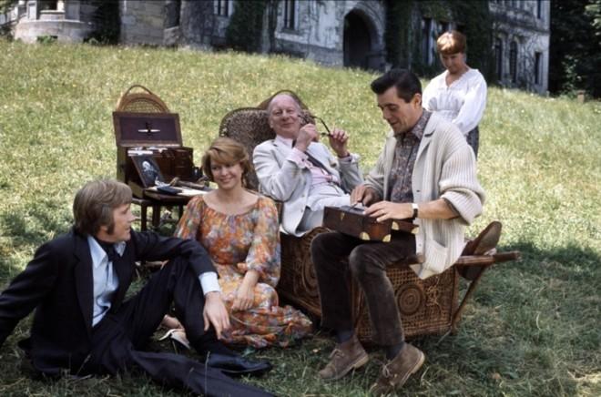 John Gielgud (sentado, no centro da foto) é o escritor Clive Langham, para quem seus parentes são serpentes | Divulgação