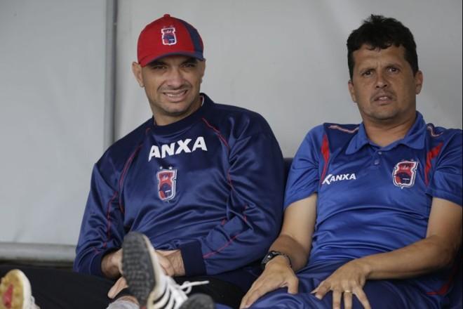 O técnico Claudinei Oliveira ao lado do goleiro Marcos | Felipe Rosa / Tribuna