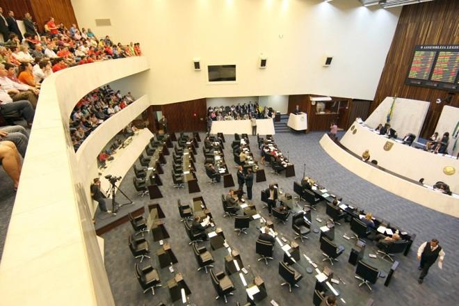 Plenário do Legislativo: número seria maior, se não houvesse limite para oferecer títulos de cidadania | Ivonaldo Alexandre/ Gazeta do Povo