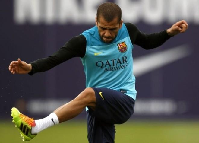 Daniel Alves em treino no Barcelona   EFE