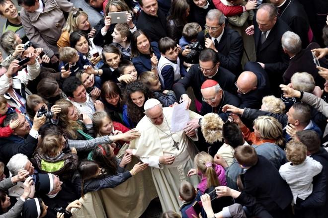 Papa Francisco é recebido por fiéis durante sua visita à igreja de São Estanislau, em Roma | Alessandro Bianchi/ Reuters