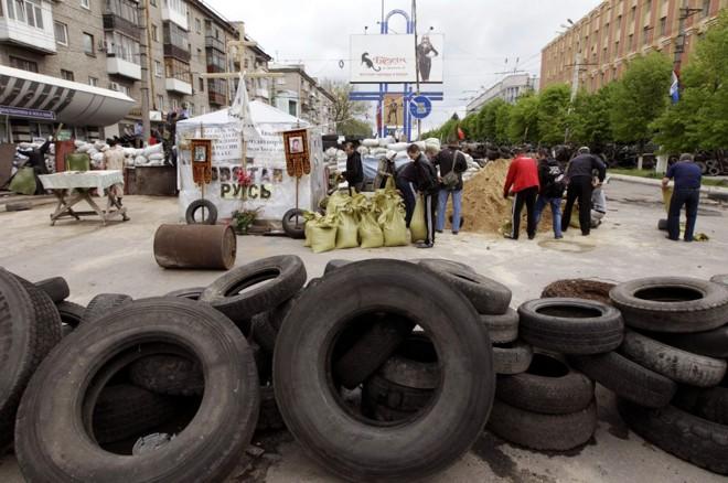Manifestantes pró-Rússia constroem barricadas nas ruas da cidade de Luhansk, no leste do país | REUTERS/Vasily Fedosenko