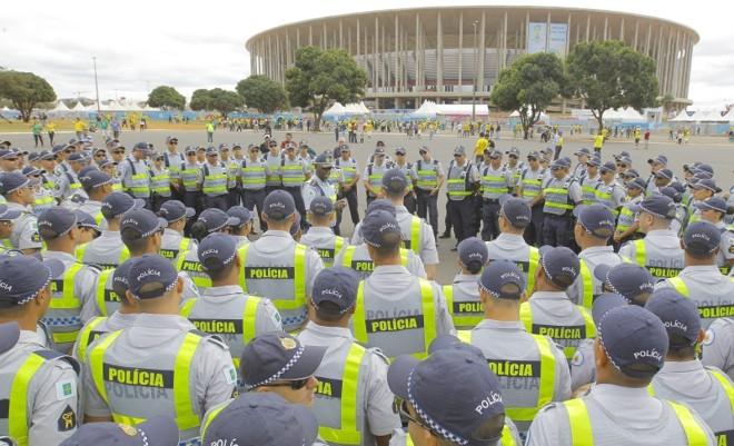 Policiais recebem orientações antes da partida em Brasília   Robert Ghement/EFE/EPA