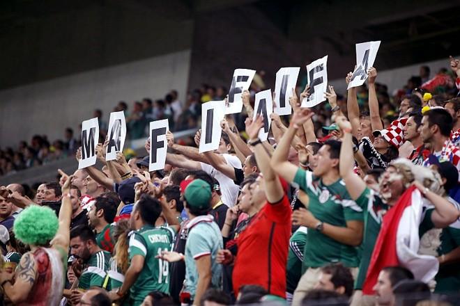 Equipe de segurança da Arena Pernambuco reclama que segurança da Fifa deixou passar torcedores mexicanos com matracas, instrumento musical | EFE