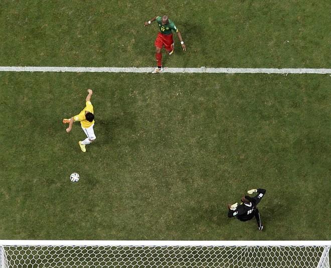Fred marca sobre Camarões. Fifa admitiu que erro no uso da tecnologia de transmissão que mostra a linha de impedimento fez dar a impressão que foi marcado em impedimento | Reuters