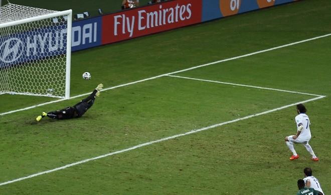 O grego Giorgios Samaras faz o gol da virada em cobrança de pênalti contra a Costa do Marfim | REUTERS/Mike Blake