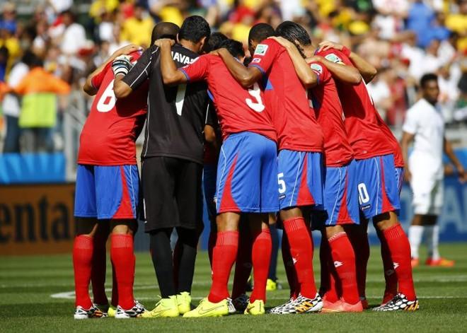 Jogadores da Costa Rica se reúnem logo antes do início do jogo no Estádio Mineirão, em Belo Horizonte | REUTERS/Murad Sezer