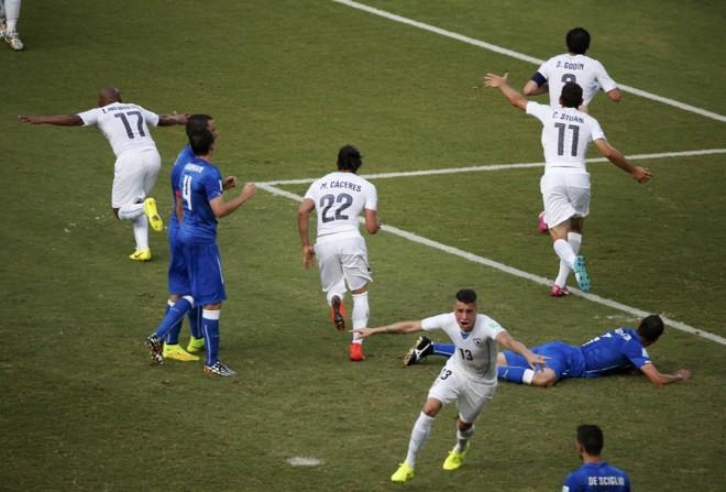 Jogadores uruguaios comemoram gol da vitória sobre a Itália | REUTERS/Carlos Barria