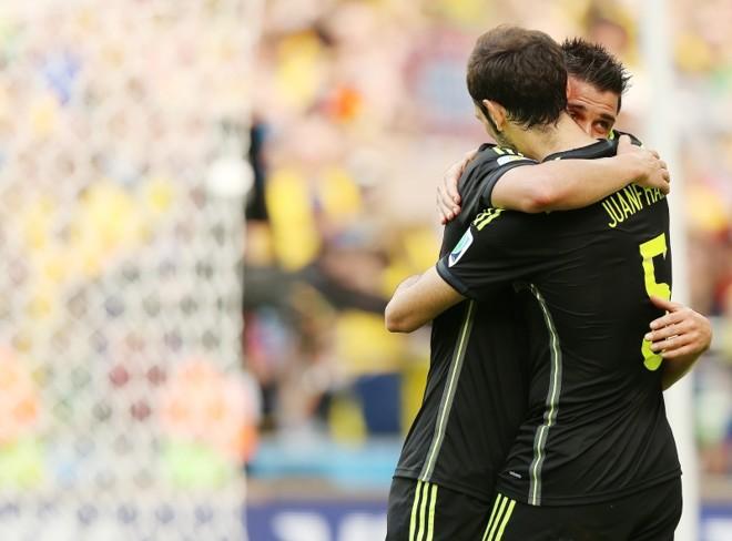 Emocionado, David Villa chora e recebe o abraço do lateral Juanfran. Atacante fecha ciclo | Giuliano Gomes