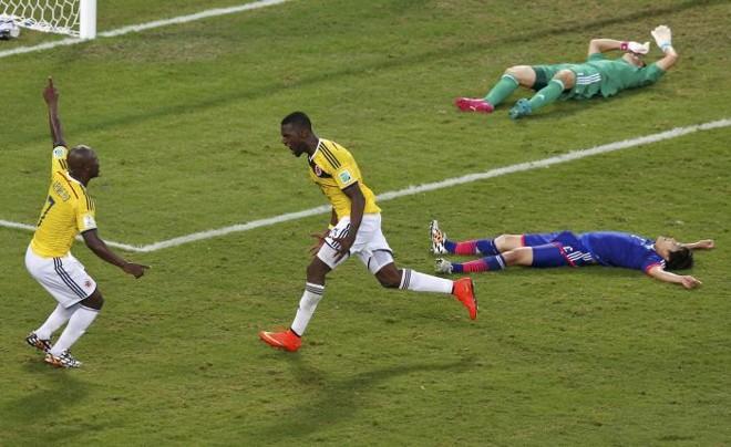 Jackson Martinez e Pablo Armero (esq.), jogadores da Colômbia, comemoram a marcação do terceiro gol contra o Japão | REUTERS/Suhaib Salem