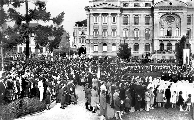 Fotografia de uma festividade cívico-religiosa na frente da Universidade do Paraná, na década de 1940 | Acervo Cid Destefani