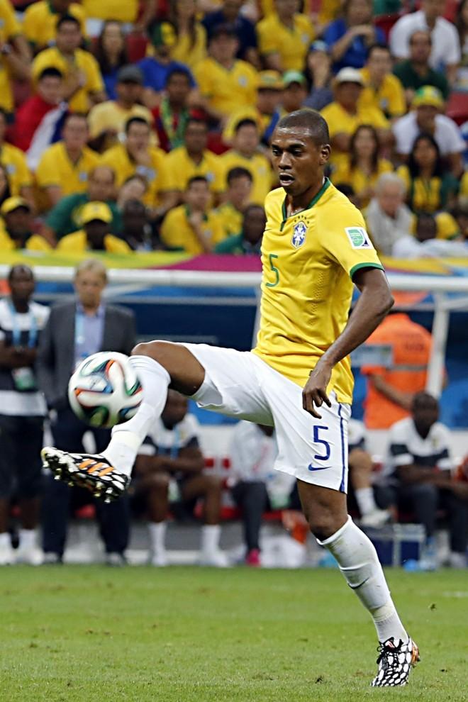 Fernandinho entrou no lugar de Paulinho no intervalo e resolveu a falta de organização no meio-campo brasileiro | Albari Rosa, enviado especial/ Gazeta do Povo