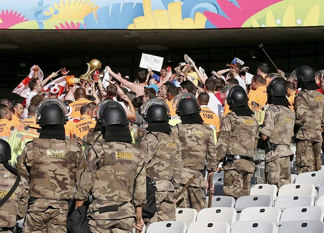 Policiais precisaram entrar no Mineirão para conter ingleses mais exaltados | EFE