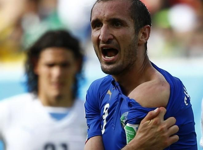 Luís Suárez pode pegar até três partidas de suspensão e pagar uma multa de 50 mil francos suíços | Reuters