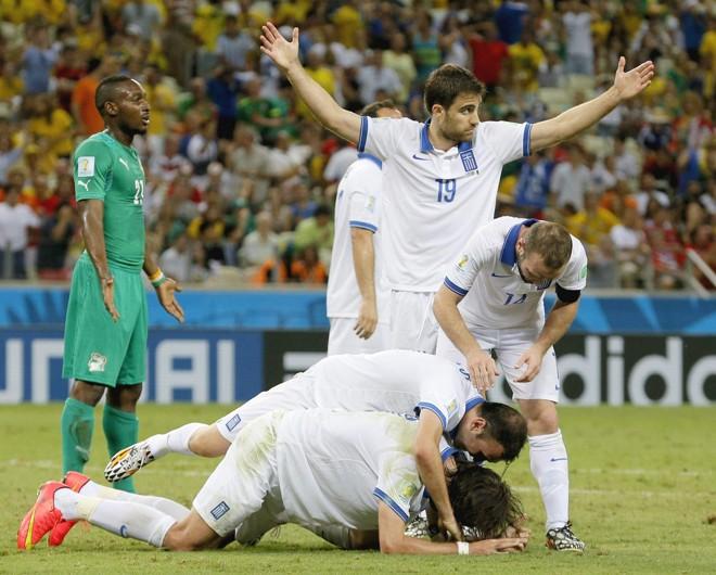 Jogadores da Grécia comemoram o gol da vitória sobre Costa do Marfim   SERGEY DOLZHENKO/EFE