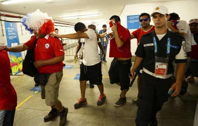 Invasão de torcedores chilenos ao Maracanã revelou falhas graves na segurança do estádio   Reuters