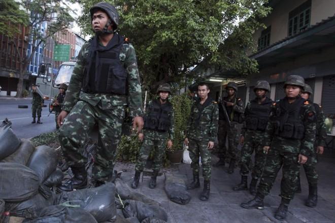Exército nas ruas da Tailândia após o golpe de Estado | REUTERS/Kerek Wongsa