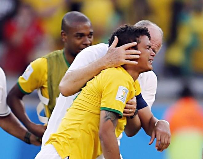 Felipão consola Thiago Silva no jogo com o Chile: para psicóloga Regina Brandão, faltou tempo para trabalhar o lado emocional da seleção | Albari Rosa / Gazeta do Povo