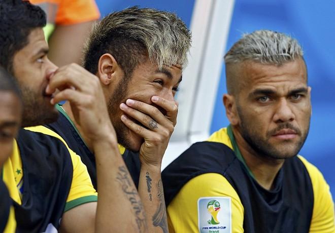 Daniel Alves observa do banco a derrota para a Holanda por 3 a 0: lateral-direito não vê problema em um treinador estrangeiro na seleção brasileira | Reuters