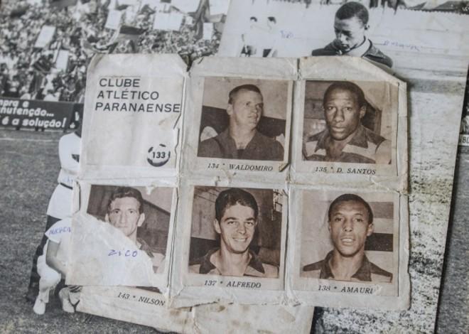 Mais um detalhe do álbum de figurinhas. No detalhe, o craque de 1958 Djalma Santos, que encerrou sua carreira no Atlético no início da década de 1970.