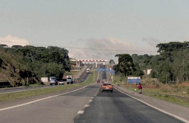 Em 1998, logo que o sistema paranaense de concessões começou a funcionar, a BR-277 estava em condições inadequadas   João Bruschz/Arquivo/ Gazeta do Povo
