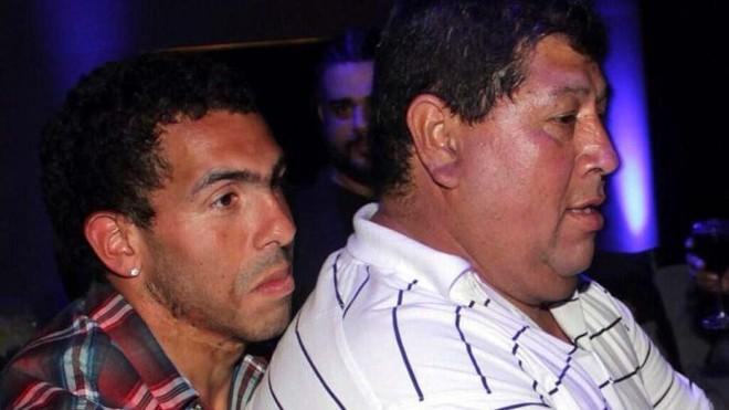 Tevez e o pai, em foto de arquivo   EFE