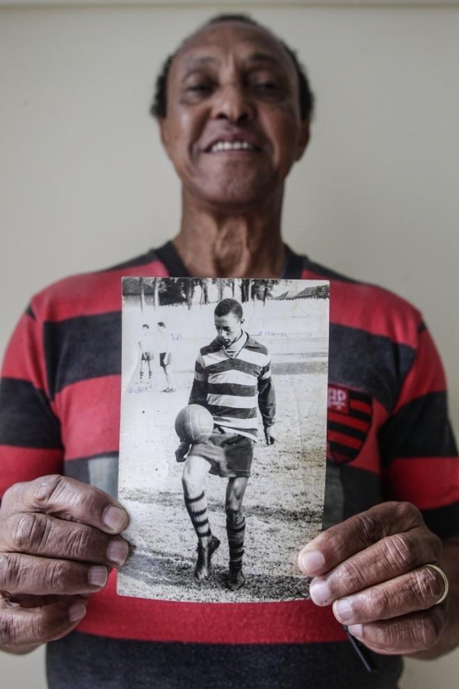 Amauri dos Santos com a camiseta que vestia nos anos 1950 – na foto, fazendo embaixadinhas. Depois de uma década divorciado do Atlético, deixou a mágoa de lado. É seu time |
